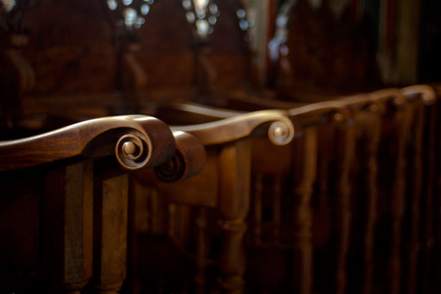 детали ватопедского монастыря: стасидии. Во время службы нет свободных мест, монахи и паломники монастыря занимают все просранство небольшого ватопедского собора