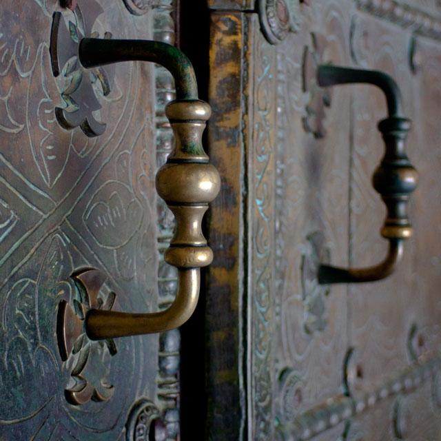 ватопедский монастырь детали: многие столетия через эти двери монахи ватопедской обители входят в соборный храм