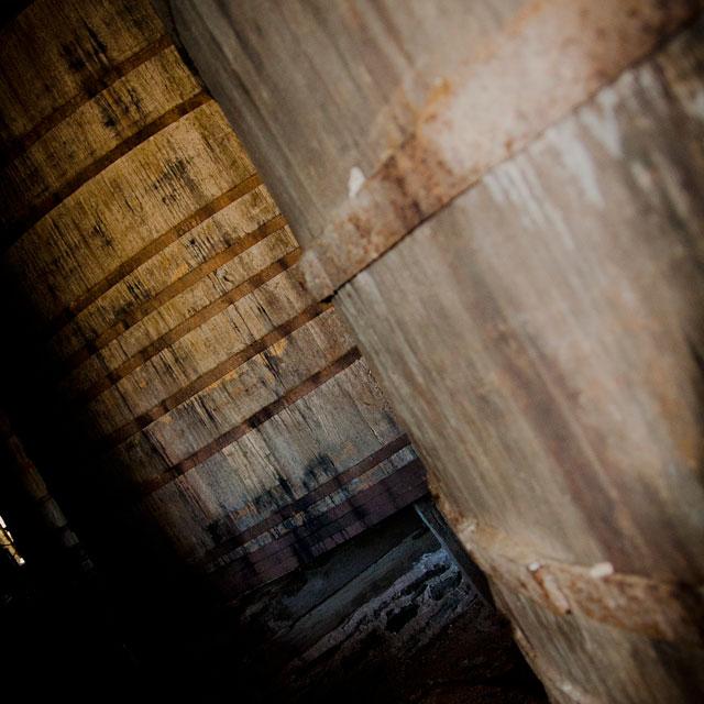 укромные уголки ватопедского монастыря: огромные винные бочки