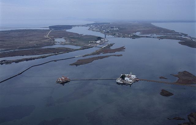 Истоки Ватопедского скандала. Аэрофотосъемка местности. На переднем плане залив Порто-Лагос и острова свт. Николы и Богородицы Всецарицы. На заднем плане левее озеро Вистонида.