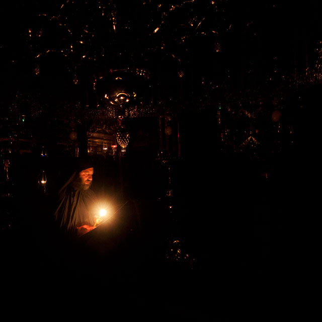 Ватопед: всенощная служба. Монах на клиросе