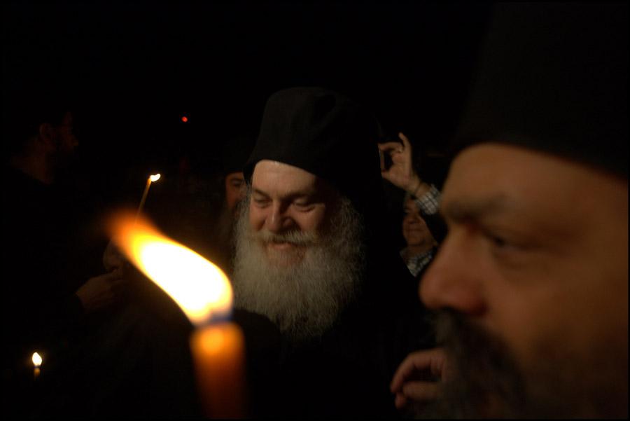 встреча отца Ефрема с братией и паломниками на пристани монастыря