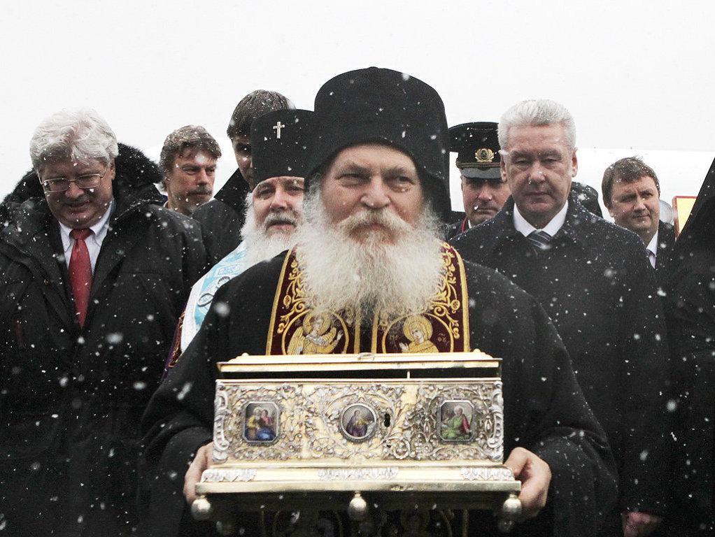 отец Ефрем с ковчегом Пояса Пресвятой Богородицы